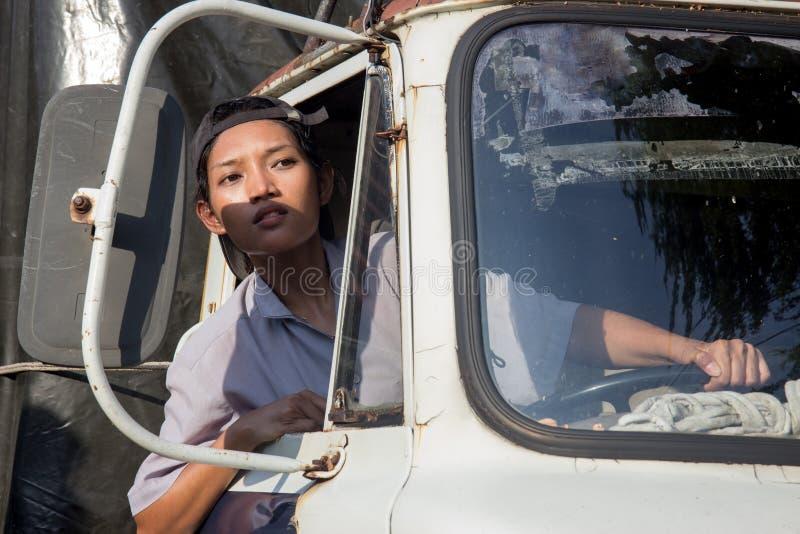 Chauffeur de camion de femme regardant la fenêtre images libres de droits