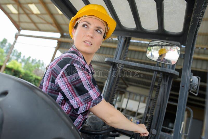 Chauffeur de camion femelle de chariot élévateur de portrait dans l'entrepôt photos libres de droits
