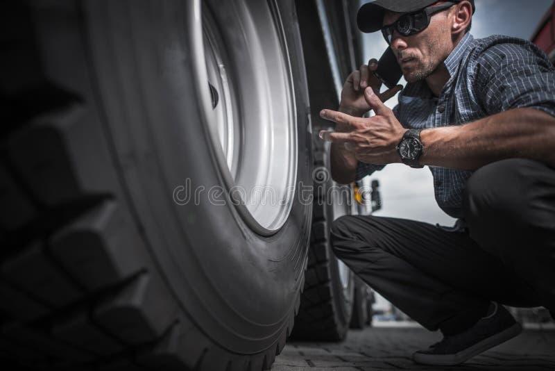 Chauffeur de camion Ordering New Wheels photos libres de droits