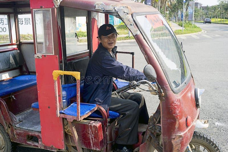 Chauffeur de taxi chinois sur la vieille moto photographie stock libre de droits