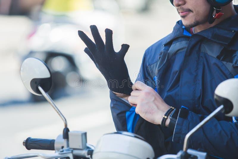 Chauffeur de taxi de moto portant ses gants pour l'équitation de sécurité photo libre de droits