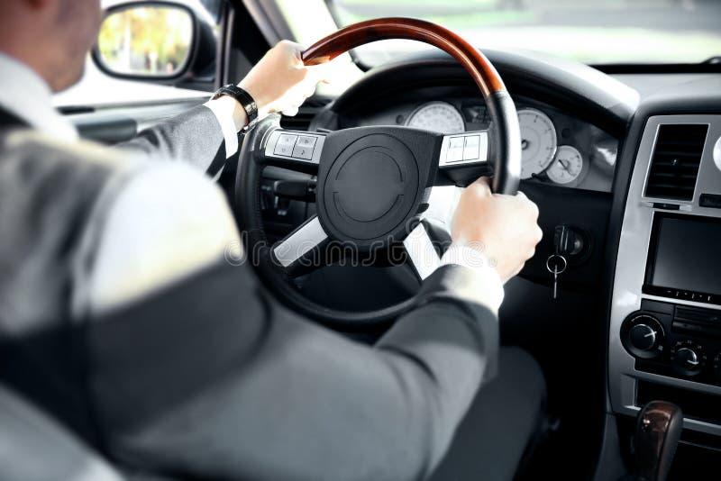 Chauffeur die een auto drijven stock foto's