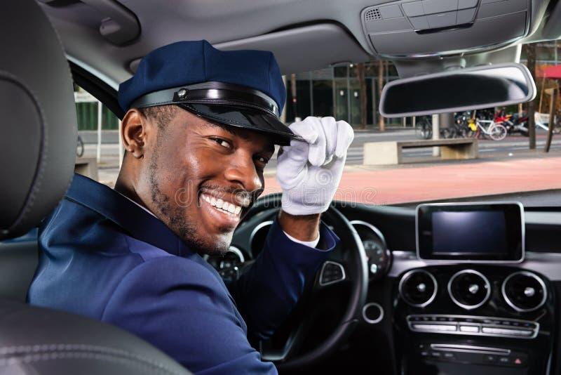 Chauffeur masculin heureux s'asseyant ? l'int?rieur de la voiture image libre de droits