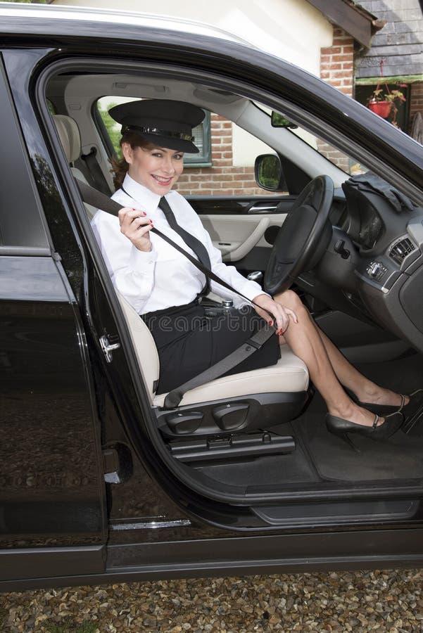 Chauffeur vastmakende veiligheidsgordel stock afbeelding