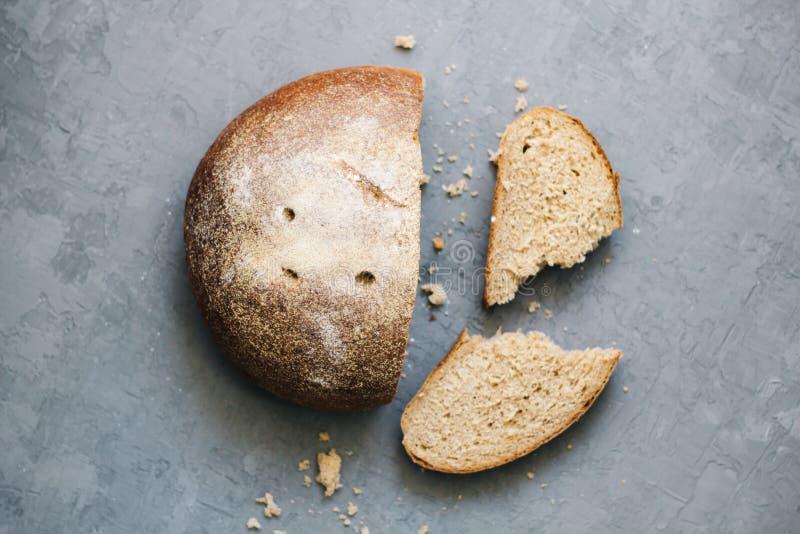 Chauffez, fraîchement pain de seigle Coupez les tranches Arrachez un morceau Vue supérieure Nourriture de ferme faite à partir de images stock