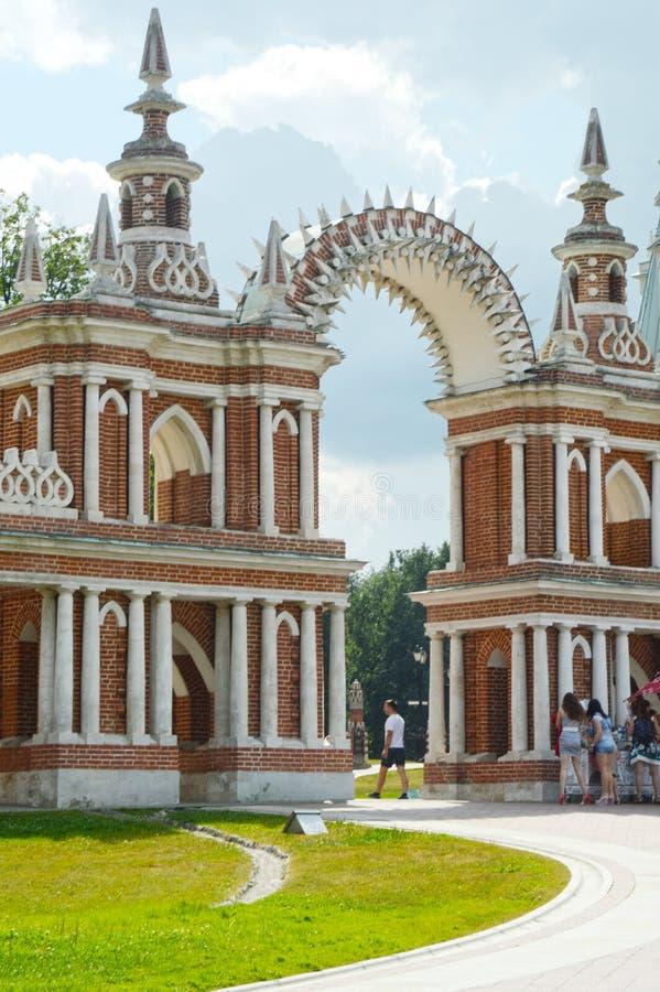 Chauffez la Galerie-barrière de Tsaritsyno d'ensemble de Moscou avec un architecte Bazhenov 1784-1785 de porte photo libre de droits