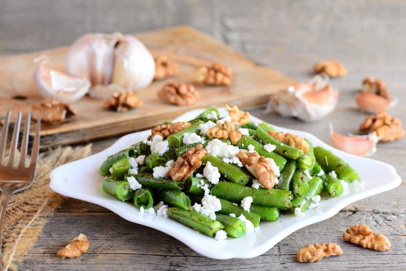 Chauffez la salade de haricot vert avec le fromage blanc et les noix épluchées Recette de haricots verts de régime Plat principal photos stock