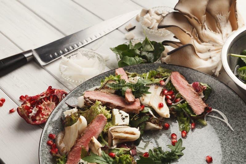 Chauffez la salade de mélange avec de la viande et des champignons de canard Restaurant moderne d photos stock