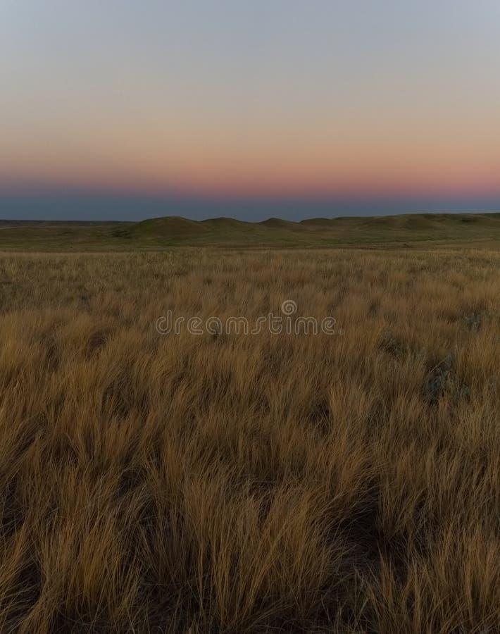 Chauffez le coucher du soleil coloré au-dessus du parc national de prairies image libre de droits
