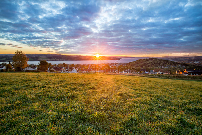 Chauffez le lever de soleil de chute du ciel nuageux image libre de droits