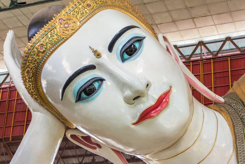 Chauk Htat Gyi opiera Buddha słodkiego oko Buddha w Yangon zdjęcia royalty free