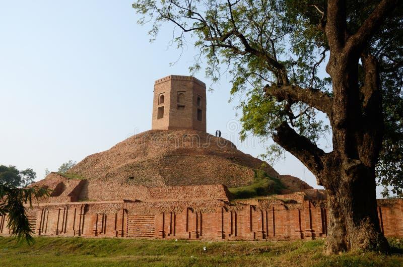 Chaukhandi Stupa in Sarnath mit achteckigem Turm, Indien lizenzfreie stockfotos
