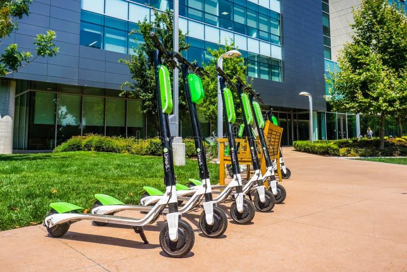 Chaulez les scooters alignés chez le LimeHub dans le campus de Samsung photo stock