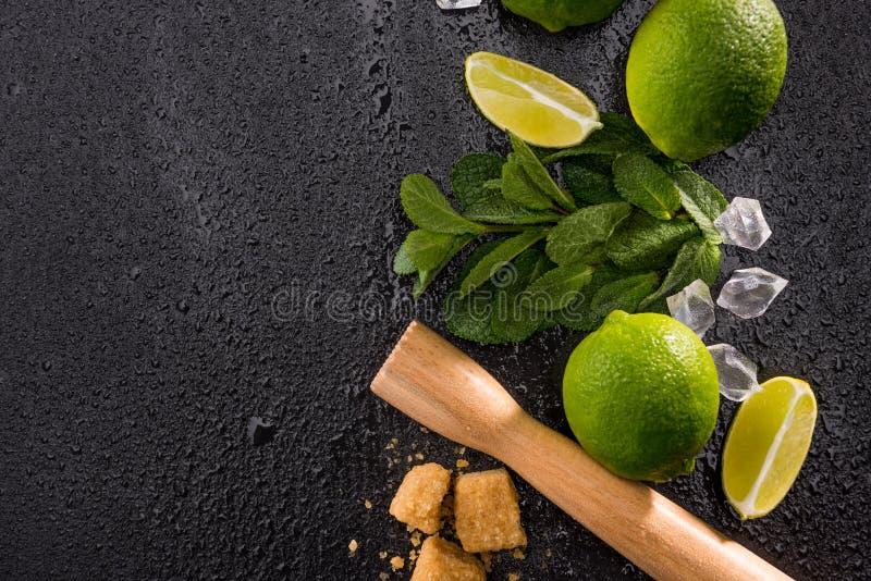 Chaulez les tranches avec du sucre roux et le presse-fruits en bois sur le conseil en pierre image libre de droits