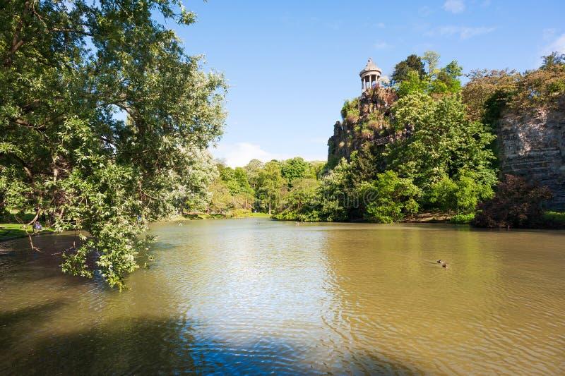 Chaumont för Parc des-buttes sjö på en solig dag arkivfoton