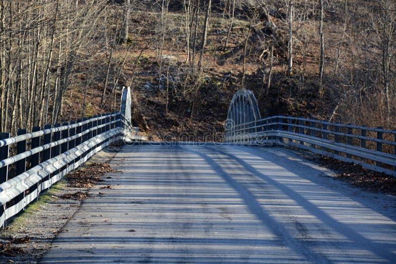 Chaussée et vieux pont images libres de droits