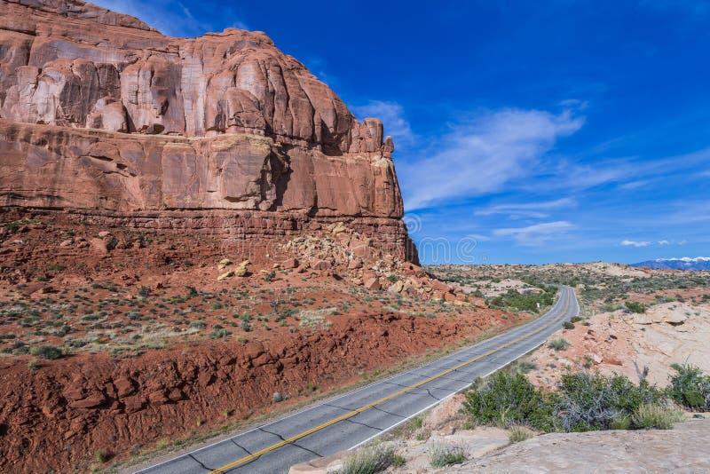 Chaussée menant dans le parc national de voûtes près de Moab, Utah photographie stock