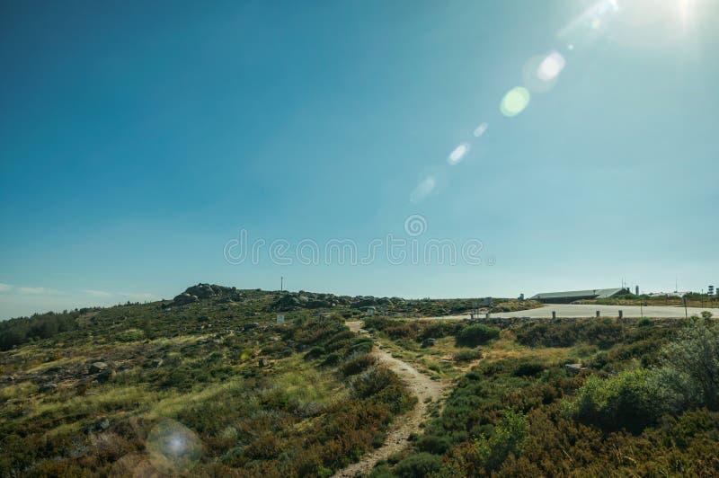 Chaussée passant par le paysage rocheux et les champs verts photographie stock libre de droits
