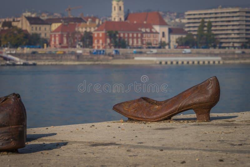 Chausse le monument à Budapest sur la banque de Danube photo stock