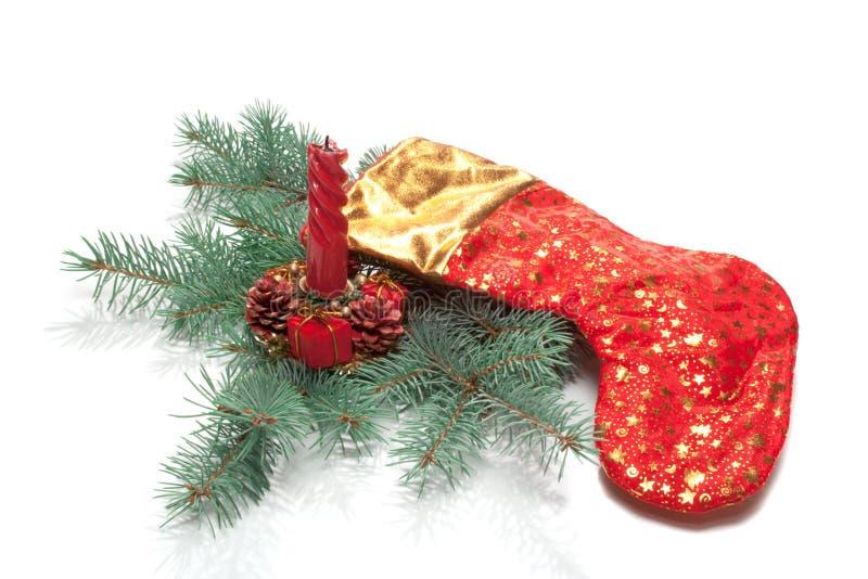 Chaussette de Noël, bougie sur le branchement d'arbre de Noël, isolat photographie stock libre de droits