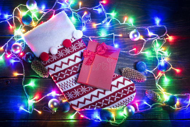 Chaussette rouge de Noël et guirlande brillante photos libres de droits