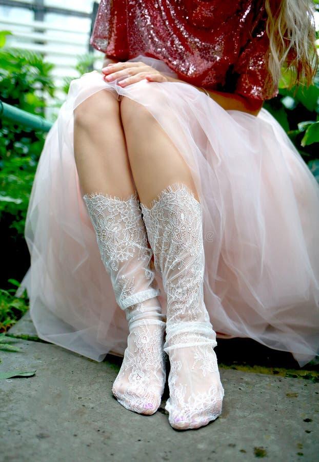 Chaussettes blanches de Tulle sur les jambes d'une fille image libre de droits