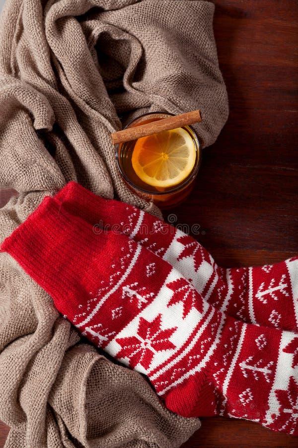 chaussettes chaudes d 39 hiver et th chaud photo stock image du capuchon quipement 36934536. Black Bedroom Furniture Sets. Home Design Ideas