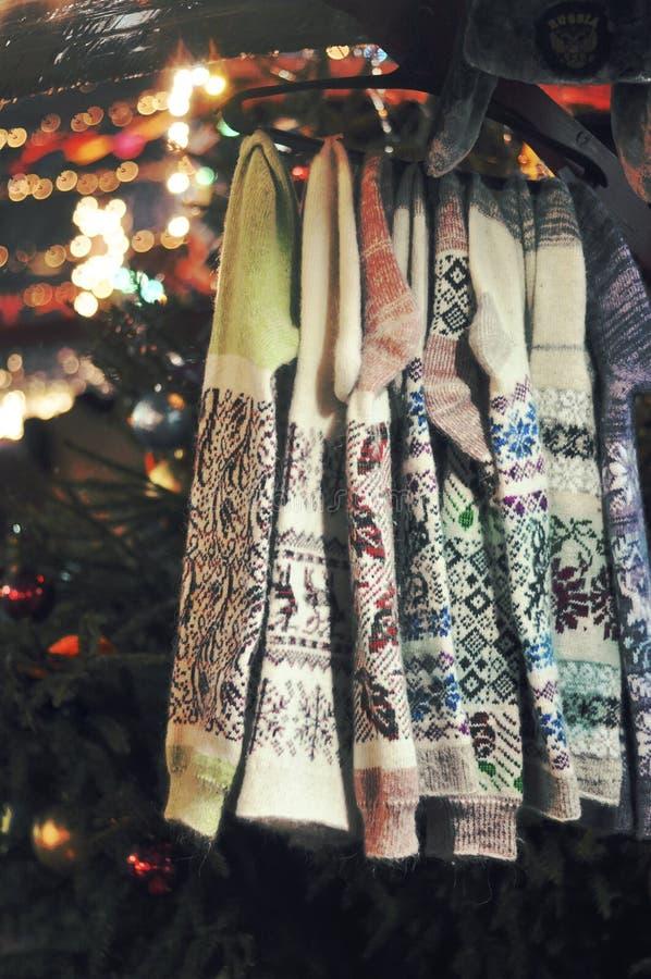 Chaussettes colorées chaudes de Noël en hiver images stock