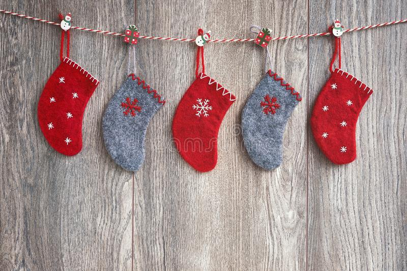 Chaussettes colorées de Noël sur le fond en bois Copiez l'espace, holid photos libres de droits