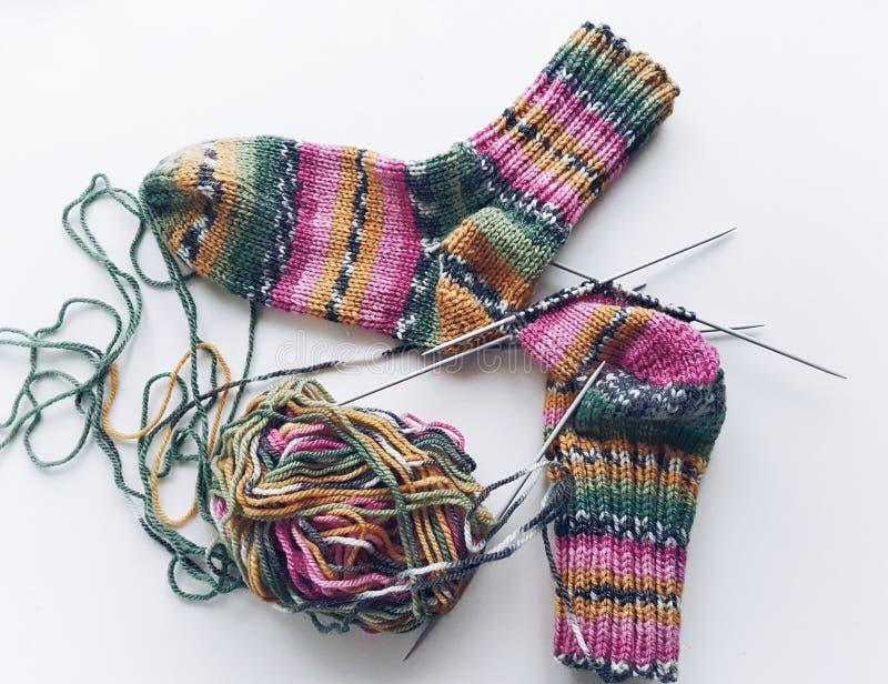 Chaussettes colorées de tricotage photos libres de droits