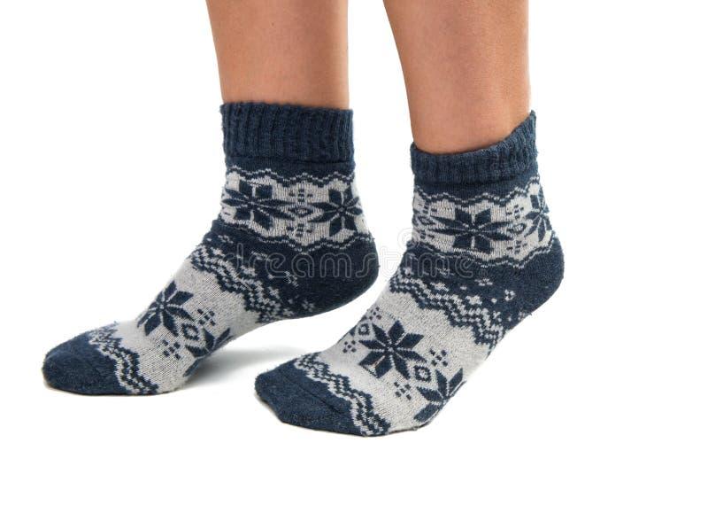 Chaussettes d'hiver sur ses pieds photographie stock