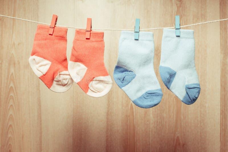 Chaussettes de bébé sur la corde photo libre de droits