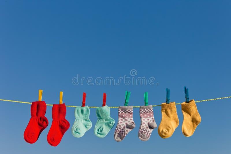 Chaussettes de chéri sur la blanchisserie photo stock