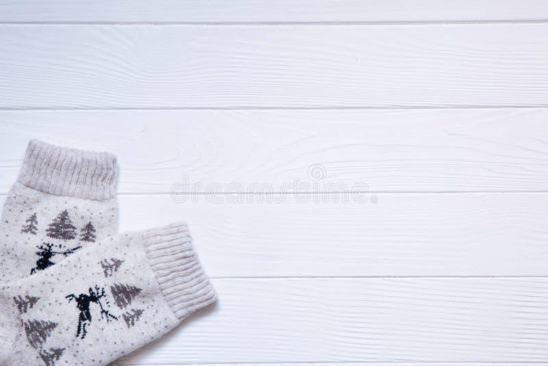 Chaussettes de Noël avec l'ornement d'arbre de cerfs communs et de Noël sur W blanc photo stock