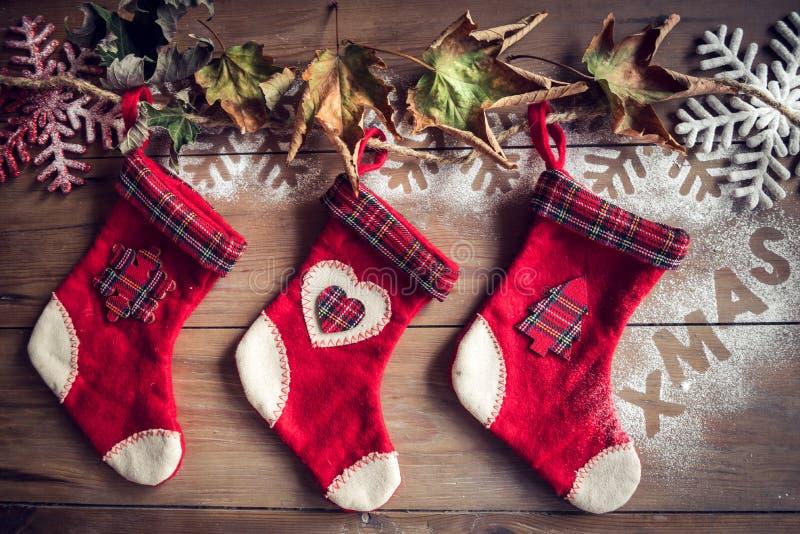 Chaussettes de Noël sur le mur images libres de droits