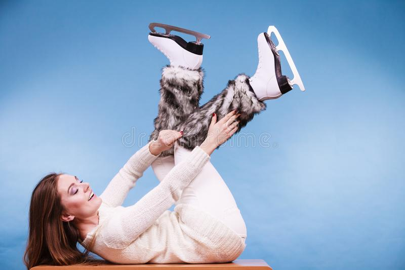 Chaussettes de port de fourrure de patins de glace de femme, patinant images libres de droits