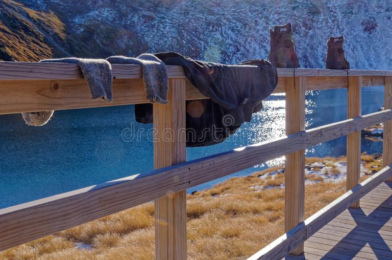 Chaussettes en sueur et bottes séchant à la hutte d'Angelus, Nelson Lakes National Park, Nouvelle-Zélande photo stock