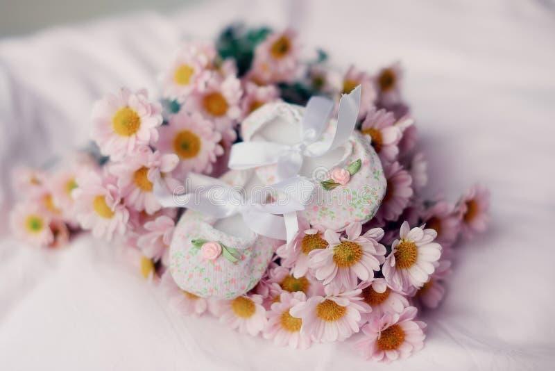 Chaussettes et fleurs de chéri photographie stock libre de droits