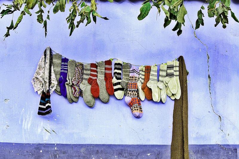 Chaussettes fabriquées à la main de laine accrochant sur le mur photo libre de droits