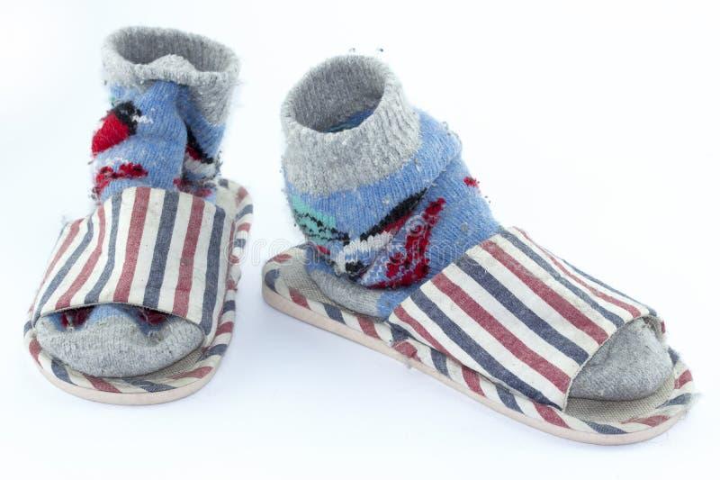 Chaussettes faites main colorées, chaussettes tricotées de laine et pantoufles sur le fond blanc images libres de droits