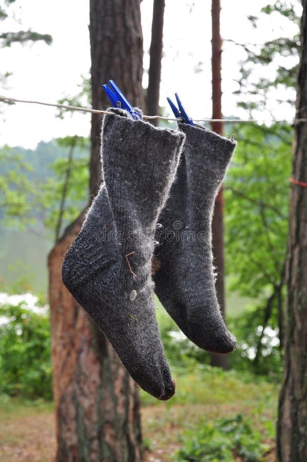 Chaussettes humides séchant sur une corde image stock