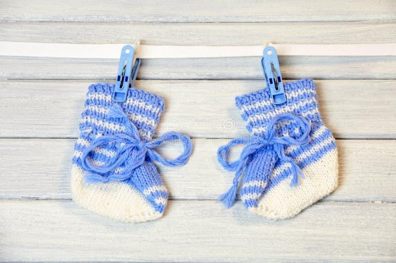 Chaussettes nouveau-nées s'arrêtant sur le fil images libres de droits