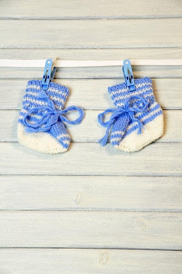 Chaussettes nouveau-nées s'arrêtant sur le fil photo libre de droits
