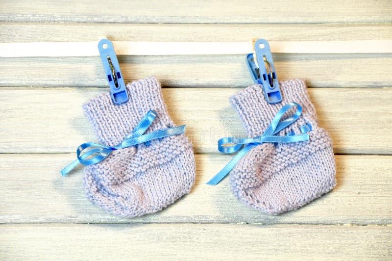 Chaussettes nouveau-nées s'arrêtant sur le fil photo stock
