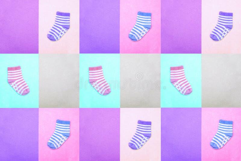 Chaussettes pour des enfants Vue de ci-avant Chaussettes rayées multicolores sur les milieux en pastel Texture sans couture abstr photo libre de droits
