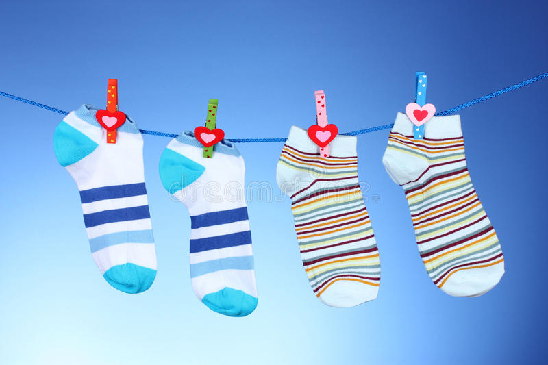 Chaussettes rayées lumineuses photos stock