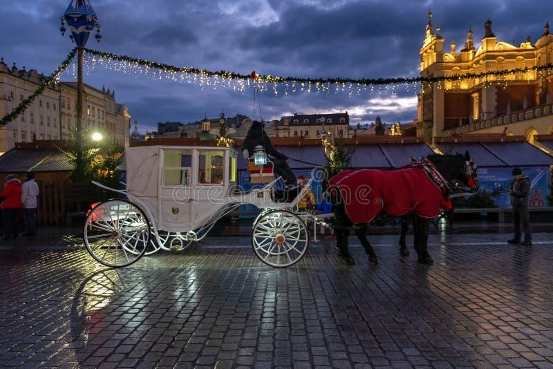 Chaussure éclairée à cheval sur la place du marché principal à l'heure de Noël Cracovie photos stock