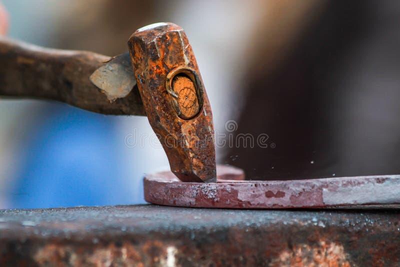 Chaussure de cheval ouvré par le forgeron/maréchal-ferrant photos stock