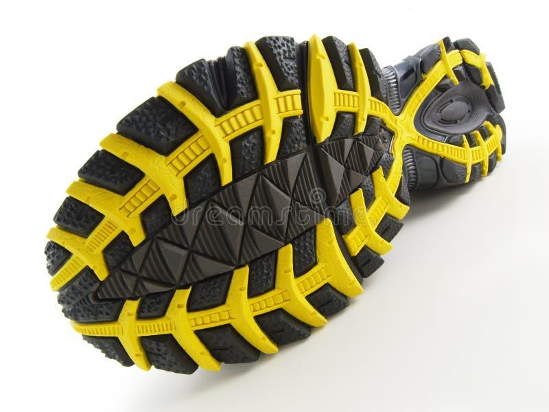 Chaussure de course avec la configuration jaune et noire de semelle photographie stock libre de droits