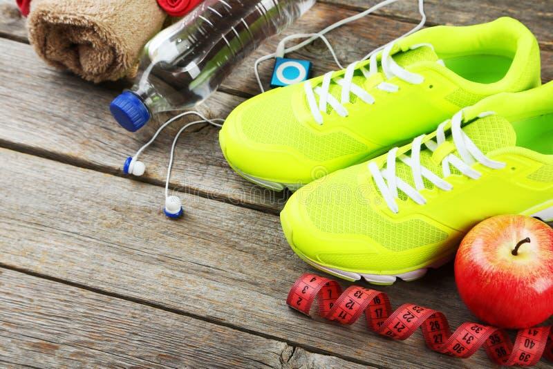 Chaussure, l'eau, ruban métrique image stock
